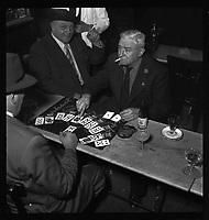 Bar de Toulouse. 16 octobre 1952. Vue de Monsieur Escudier jouant aux cartes dans un bar de Toulouse.