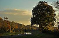 Farbiger Herbst am Wasser in Leipzig.. <br /> <br />  Foto: Norman Rembarz