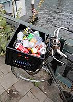Nederland - Amsterdam - Augustus 2019. Plastic verpakkingen en lege blikjes zijn gedumpt iin een fietskrat.  Foto Berlinda van Dam / Hollandse Hoogte