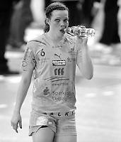 EHF Champions League Handball Damen / Frauen / Women - HC Leipzig HCL : SD Itxako Estella (spain) - Arena Leipzig - Gruppenphase Champions League - im Bild: Durstig nach dem Spiel - Louise Lyksborg. Porträt Monochrom sw schwarzweiss black/white. Foto: Norman Rembarz .