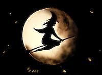 Halloween in Monnickendam. Afbeelding van  een heks op  een raaam