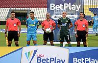 MONTERIA - COLOMBIA, 24-01-2021: Diego Escalante, arbitro con los captanes Yulian Anchico de Jaguares de Cordoba F. C. y Andres Correa de Atletico Bucaramanga durante partido entre Jaguares de Cordoba F. C. y Atletico Bucaramanga de la fecha 2 por la Liga BetPlay DIMAYOR I 2021, en el estadio Jaraguay de Monteria de la ciudad de Monteria. / Diego Escalante, referee with the captains Yulian Anchico of Jaguares de Cordoba F. C. and Andres Correa of Atletico Bucaramanga during a match between Jaguares de Cordoba F.C., and Atletico Bucaramanga, of the 2nd date for the BetPlay DIMAYOR I 2021 League at Jaraguay de Monteria Stadium in Monteria city. Photo: VizzorImage / Andres Lopez / Cont.