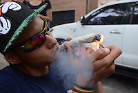 MEDELLÍN - COLOMBIA, 02-05-2015. Un hombre fuma un cigarrillo de marihuana durante la Séptima Marcha Mundial de La marihuana hoy 02 de mayo de 2015 en la ciudad de Medellín, Colombia./ A man smokes a cigarrette of marijuana during the 7ª World March of Marijuana today May 2 of 2015 in Medellin City. Photo: VizzorImage/ León Monsalve /Cont
