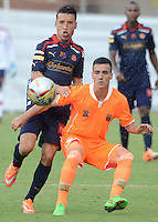 ENVIGADO -COLOMBIA-17-05-2015. Diego Gregori (Der) de Envigado FC disputa el balón con Jhon Hernandez (Izq) de Independiente Medellin durante partido por la fecha 20 de la Liga Águila I 2015 realizado en el Polideportivo Sur de la ciudad de Envigado./ Diego Gregori (R) of Envigado FC fights for the ball with Jhon Hernandez (L) of Independiente Medellin during match for the 20th date of the Aguila League I 2015 at Polideportivo Sur in Envigado city.  Photo: VizzorImage/León Monsalve/STR
