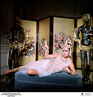 Prod DB © Films du Carrosse / DR<br /> MATA-HARI (MATA HARI) de Jean-Louis Richard 1964 FRA/ITA<br /> avec Jeanne Moreau<br /> robe transparente, voile, hindouÔsme, salon exotique, femme sensuelle, danseuse<br /> d'aprËs le scÈnario de Jean-Louis Richard et FranÁois Truffaut