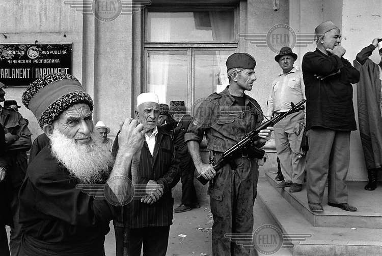 Photo and copyright Leo Erken/NL12 CIS Caucasus Chechnya Grozny  8-1994.Supporters of Dudayev pray and dance on Palace Square. GOS Kaukasus Tsjetsjenië. Grozny.Aanhangers van Doedajev bidden en dansen op het plein voor het presidentieel paleis.