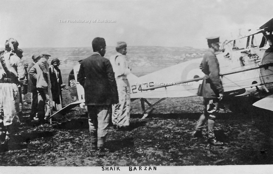 Irak 1930?.Avion britannique a Bile pour intimider les Kurdes avec Sheikh Ahmed Barzani.Iraq 1930?.Bile: A british plane to intimidate the Kurds , with Sheikh Ahmed Barzani