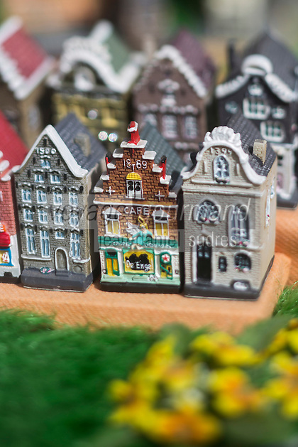 Belgique, Flandre-Occidentale, Bruges (Brugge), détail étal d'une boutique de souvenirs touristiques: maisons à pignons    // Belgium, West Flanders, Bruges (Brugge), Retail shop stall tourist souvenirs: houses with gables
