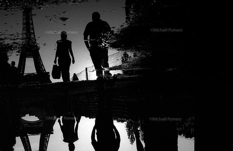 10.2009 <br /> <br /> Champs of mars water reflection.<br /> <br /> Reflet dans l'eau au champs de mars.