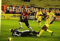 TUNJA- COLOMBIA-04-05-2013: Juan Perez (Cent.) jugador de Boyaca Chico F.C., lucha por el balón con Carlos Abella (Izq.) durante partido en el estadio La Independencia de la ciudad de Tunja, abril mayo 4 de 2013. Boyaca Chico F.C.y Atletico Huila durante partido por la decimocuarta fecha de la Liga Postobon I. (Foto: VizzorImage / José  Palencia / Str). Juan Perez (C) jugador de Boyaca Chico F.C., fights for the ball with con Carlos Abella (L) during game in La Independencia stadium in Tunja City, May 4, 2013, during match for the fourtenth round of the Postobon League I. (Photo: VizzorImage / Jose  Palencia / Str)...