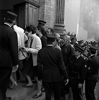Du monde au procès du gang de Nîmes, Devant le Palais de Justice, rue des Fleurs. 10 octobre 1971. Vue d'ensemble de la foule venue assister au verdict du procès, rentrant dans le palais ; au 1er plan policiers de dos. Cliché pris lors du procès de François Garcia-Castillo, Pierre Amat, Roger Boissin et Guy Delpied, accusés du braquage avec otages de la Société Générale (boulevard Lascrosses) le14 mars 1971.