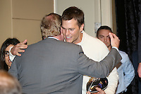 QB und Super Bowl MVP Tom Brady (Patriots) mit NFL Commissioner Roger Goodell - Super Bowl XLIX Winner New England Patriots Pressekonferenz, Convention Center Phoenix