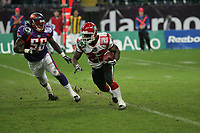 Jared Newberry (Linebacker FRankfurt Galaxy, l.) verfolgt Fred Russell (Runningback Cologne Centurions)