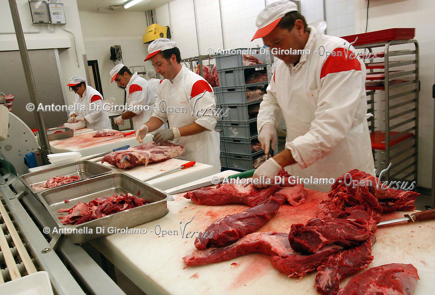Supermercato Coop. Coop supermarket. .Macellai mentre preparano e impacchettano la carne..Butchers while prepare and package meat...