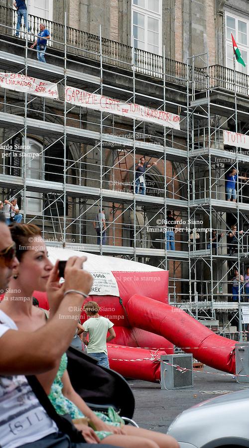 - NAPOLI 22 LUG 2014 -  Continua la protesta dei lavoratori astir che da una settimana  occupano l'impalcatura di Palazzo Reale