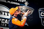 Champion #9 Scott Dixon, Chip Ganassi Racing Honda with the Astor Cup, kiss