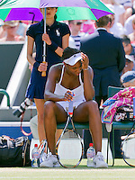 29-06-10, Tennis, England, Wimbledon,   Venus Williams  is frustrated