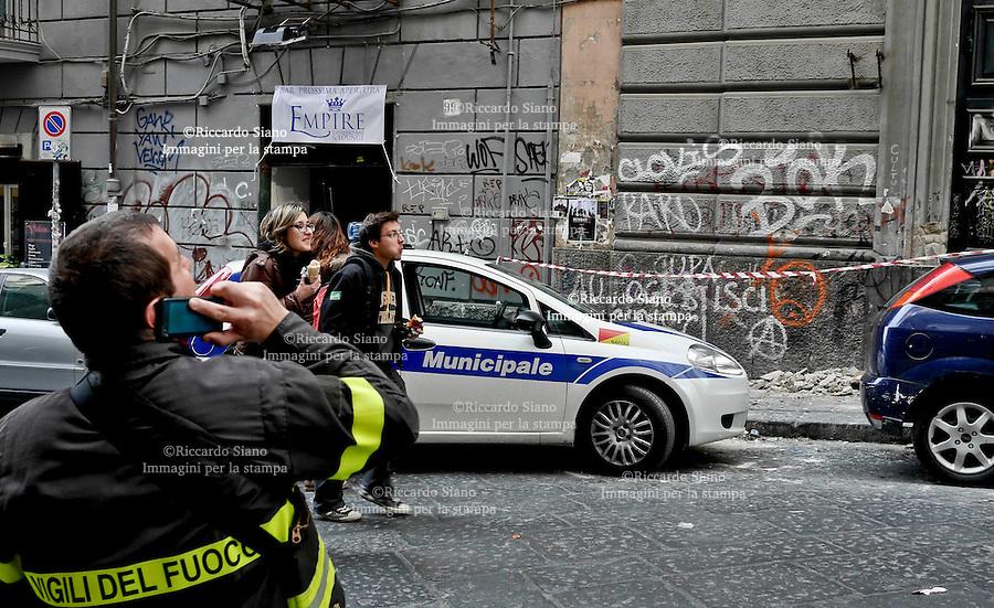 - NAPOLI 7 MAR  2014 -   via mezzocannone intonaco caduto dalla