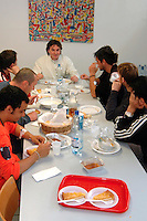 Cavie Umane, Svizzera in Canton Ticino ad Arzo, presso la Cross Research vengono sperimentati nuovi farmaci su volontari. Un gruppo di volontari a pranzo