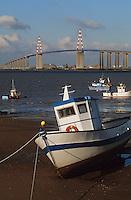 Europe/France/Pays de la Loire/44/Loire-Atlantique/Paimboeuf: Le port et le pont de Saint-Nazaire - Bâteau de pêche échoué sur le sable à marée basse