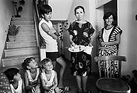 - Villaggio albanese, Queparo (Ceparò, agosto 1993); la famiglia benestante<br /> <br /> -  Albanian  Village, Queparo (Ceparò, August 1993); the well-to-do family