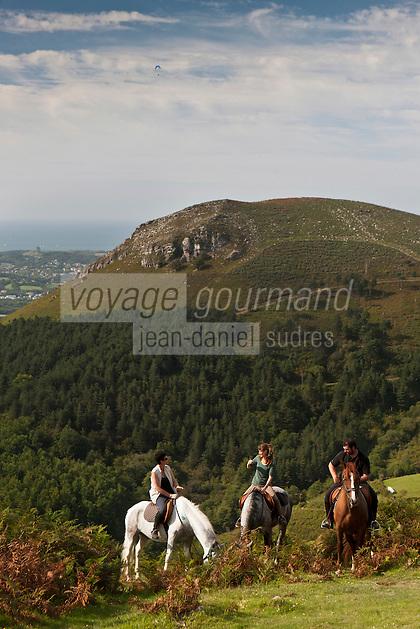 Europe/France/Aquitaine/64/Pyrénées-Atlantiques/Pays-Basque/ Env d'Urrugne:  Randonnée équestre sur le Sentier des Contrebandiers   avec en fond la baie de Sain-Jean-de-Luz  [Autorisation : 2011-125] [Autorisation : 2011-126] [Autorisation : 2011-127]