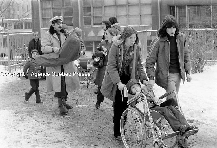 Les enfants malades (de ste-Justine ?) vont rencontrer le Pere Noel,  le 9 Decembre 1972<br /> <br /> PHOTO : Agence Quebec Presse -  Alain Renaud