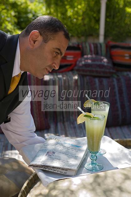 Asie/Israël/Judée/Jérusalem: Hotel American Colony - Service de la limonade, lemonade, abase de citron et de menthe fraiche sur la terrasse dominant le patio