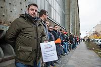 Mitarbeiter von Siemens in Berlin protestierten am Montag den 20. November 2017 vor dem Siemens-Turbinenwerk in Berlin-Moabit gegen die geplanten Entlassungen von ueber 300 Mitarbeitern.<br /> Im Anschluss an die Kundgebung vor dem Werkstor, an der auch den Regierende Buergermeister Michael Mueller und die Wirtschaftssenatorin Ramona Pop teilnahmen, bildeten die Sienemsarbeiter eine Menschenkette um ihr Werk.<br /> An Dem Protest beteiligten sich auch Siemensarbeiter aus anderen betroffenen Standorten in Berlin wie dem Dynamowerk.<br /> 20.11.2017, Berlin<br /> Copyright: Christian-Ditsch.de<br /> [Inhaltsveraendernde Manipulation des Fotos nur nach ausdruecklicher Genehmigung des Fotografen. Vereinbarungen ueber Abtretung von Persoenlichkeitsrechten/Model Release der abgebildeten Person/Personen liegen nicht vor. NO MODEL RELEASE! Nur fuer Redaktionelle Zwecke. Don't publish without copyright Christian-Ditsch.de, Veroeffentlichung nur mit Fotografennennung, sowie gegen Honorar, MwSt. und Beleg. Konto: I N G - D i B a, IBAN DE58500105175400192269, BIC INGDDEFFXXX, Kontakt: post@christian-ditsch.de<br /> Bei der Bearbeitung der Dateiinformationen darf die Urheberkennzeichnung in den EXIF- und  IPTC-Daten nicht entfernt werden, diese sind in digitalen Medien nach §95c UrhG rechtlich geschuetzt. Der Urhebervermerk wird gemaess §13 UrhG verlangt.]