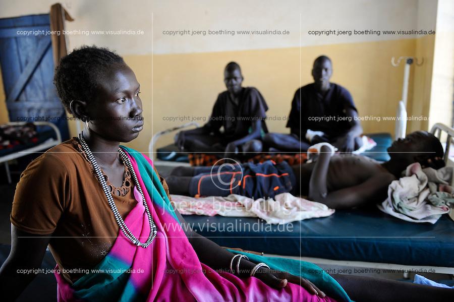 South Sudan, Cuibet, health station, Dinka man with gun shot wounds after cattle raid fightings / SUEDSUDAN Cuibet , Gesundheitsstation, Patienten mit Schusswunden nach bewaffneten Kaempfen um Vieh, Dinka Mann Meen Mim
