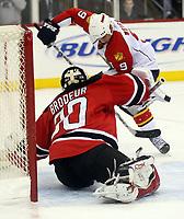 Goalie Martin Brodeur (Devils) gegen Stephen Weiss (Panthers)<br /> New Jersey Devils vs. Florida Panthers<br /> *** Local Caption *** Foto ist honorarpflichtig! zzgl. gesetzl. MwSt. Auf Anfrage in hoeherer Qualitaet/Aufloesung. Belegexemplar an: Marc Schueler, Am Ziegelfalltor 4, 64625 Bensheim, Tel. +49 (0) 6251 86 96 134, www.gameday-mediaservices.de. Email: marc.schueler@gameday-mediaservices.de, Bankverbindung: Volksbank Bergstrasse, Kto.: 151297, BLZ: 50960101