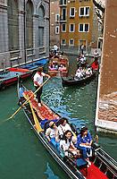 Gondolas em Veneza. Itália. 1996. Foto de Juca Martins.