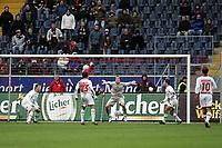 Naohiro Takahara (Eintracht Frankfurt) mit einem Fallr¸ckzieher gegen Torwart Robert Enke (Hannover 96) +++ Eintracht Frankfurt vs. Hannover 96, 03.03.2007, Commerzbak Arena Frankfurt +++ Marc Schueler, Am Wolfsberg 11, 64569 Nauheim, 0151/11654988 +++ Bild ist honorarpflichtig. Marc Schueler, Kreissparkasse Grofl-Gerau, BLZ: 50852553, Kto.: 8047714