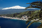 Italy, Sicily, view from Taormina at resort Giardini-Naxos and volcano Etna | Italien, Sizilien, Blick von Taormina auf den Badeort Giardini-Naxos und Vulkan Aetna