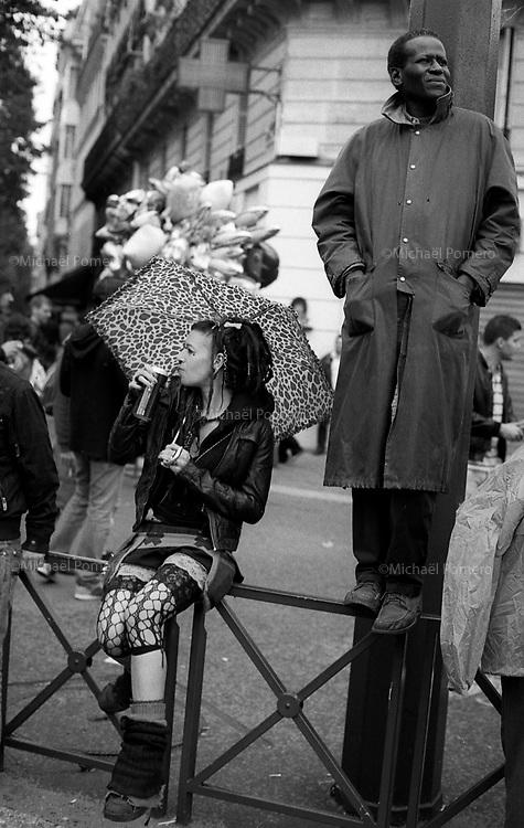 Paris (île de france)<br /> <br /> Personnes en train de regarder la techno parade.<br /> <br /> People watching the techno parade.