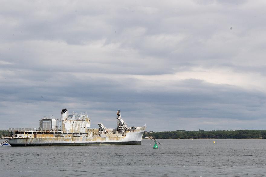 Lorient - Bretagna, 15 agosto 2020. Una vecchia nave in rada.