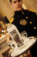 """Europe-Asie/Russie/Saint-Petersbourg: Service de la Vodka au restaurant """"The Noble Nest"""""""