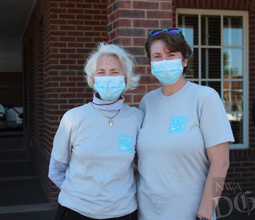Betsy Phillips (left) and Joanne Phillips volunteer at The Golf Event.<br /> (NWA Democrat-Gazette/Carin Schoppmeyer)