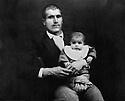 Turquie 1945?.Hassam Heddine, fils de sheikh Mehdi, avec un enfant (?).Turkey 1945?.Hassam Heddine, son of Sheikh Mehdi,with a child (?)