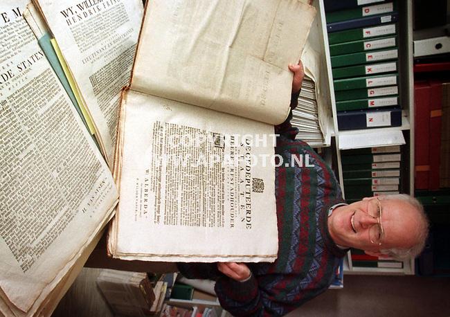 `S Heerenbergh,19-03-99  Foto:Koos Groenewold <br /> Dhr Bisselingh met oude geschriften oever Groningen.