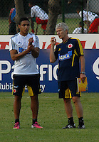 BARRANQUILLA, COLOMBIA - 18-03-2013: José Pekerman (Der.) entrenador de la Selección Colombia habla con Luis Fernando Muriel (Izq.) durante entreno en Barranquilla, marzo 18 de 2103. El equipo colombiano se prepara en Barranquilla para los partidos contra Bolivia el 22 de marzo y Venezuela el 26 de marzo, partidos clasificatorios a la Copa Mundial de la FIFA Brasil 2014. (Foto: VizzorImage / Luis Ramírez / Staff). José Pekerman (R) coach of the Colombian national team speaks with luis Fernando Muriel (L) during a training session in Barranquilla on March 18, 2012. The Colombia team prepares for the games against Bolivia next March 23 and Venezuela on March 26, matchs qualifying for the FIFA World cup Brazil 2014. (Photo: VizzorImage / Luis Ramirez/ Staff)