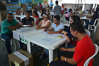 """BOGOTA - COLOMBIA, 26-08-2018: Colombianos asisten a las urnas hoy, 26 de agosto de 2018, para votar la Consulta Popular Anticorrupción """"#7vecesSi, la cual es una iniciativa liderada por la senadora colombiana Claudia López y tiene como finalidad frenar uno de los principales males de Colombia que es la Corrupción. /   Colombians came to the polls today, August 26, 2018, to vote the Anticorruption Populat Consult, #7vecesSi, wich is an iniciative leadership by congress woman Claudia Lopez and has a intention to fight against the one of the biggest problems in Colombia: the corruption. Photo: VizzorImage / Alfonso Cervantes / Cont"""