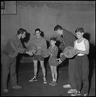 Salle du Pré Catelan. 28 Janvier 1960. Vue des joueurs du RCM Toulouse entraînant des enfants.