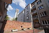 Im Hinterhof der Siennastraße 5 befinden sich Reste der alten Ghettomauer. / In the backyard of Sienna street 5 one can find pieces of the ghetto wall.