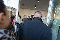 Nach zwei Jahren ohne eigene Ausstellungsraeume eroeffnet die Galerie fuer Photographie C/O Berlin am 30. Oktober 2014 am neuen Standort im Amerika Haus am Bahnhof Zoo in der Hardenbergstraße 22-24 in Berlin-Charlottenburg.<br /> Am Mittwoch den 29. Oktober 2014 gab es ein Opening fuer die Presse.<br /> Im Bild: Medienvertreter warten auf Einlass.<br /> 29.10.2014, Berlin<br /> Copyright: Christian-Ditsch.de<br /> [Inhaltsveraendernde Manipulation des Fotos nur nach ausdruecklicher Genehmigung des Fotografen. Vereinbarungen ueber Abtretung von Persoenlichkeitsrechten/Model Release der abgebildeten Person/Personen liegen nicht vor. NO MODEL RELEASE! Don't publish without copyright Christian-Ditsch.de, Veroeffentlichung nur mit Fotografennennung, sowie gegen Honorar, MwSt. und Beleg. Konto: I N G - D i B a, IBAN DE58500105175400192269, BIC INGDDEFFXXX, Kontakt: post@christian-ditsch.de<br /> Urhebervermerk wird gemaess Paragraph 13 UHG verlangt.]