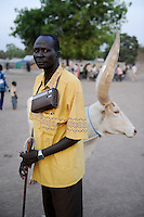 South Sudan, Rumbek, Dinka man with radio / SUEDSUDAN Rumbek , Dinka Mann mit Radio