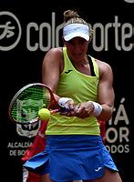 BOGOTÁ-COLOMBIA, 13-04-2019: Beatriz Haddad (BRA), devuelve la bola a Amanda Anisimova (USA), durante partido por la semifinal del Claro Colsanitas WTA, que se realiza en el Carmel Club en la ciudad de Bogotá. / Beatriz Haddad (BRA), returns the ball against Amanda Anisimova (USA), during a match for the semifinal of the WTA Claro Colsanitas, which takes place at Carmel Club in Bogota city. / Photo: VizzorImage / Luis Ramírez / Staff.