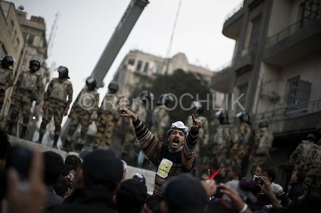 Remi OCHLIK/IP3 -  Tahrir Square in Cairo November 24, 2011 -   Egyptian Army soldiers set up a concrete block barricade on the street between Tahrir Square and the interior ministry in Cairo, Egypt, Thursday, Nov. 24, 2011. Police and protesters demanding that Egypt's ruling military council step down are observing a truce after five days of deadly street battles in which dozens have died.