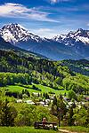 Deutschland, Bayern, Berchtesgadener Land, bei Oberau (Berchtesgaden): Blick ueber Berchtesgaden in die Berchtesgadener Alpen mit Watzmann (links) 2.713 m und Hochkalter 2.607 m (rechts) | Germany, Upper Bavaria, Berchtesgadener Land; near Oberau (Berchtesgaden): view across Berchtesgaden towards Berchtesgaden Alps with summits Watzmann 2.713 m (left) and Hochkalter 2.607 m (right)