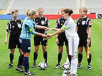 15 Mei 2010 Bekerfinale vrouwen : Sinaai Girls - RSC Anderlecht  : de scheidsrechters met Virginie Derouaux (links) ,  Claudine Brohet , Leen Martens en Anne Cheron (rechts) met Katrien Van Rooy (links) en Anneleen Segers.foto DAVID CATRY / Vrouwenteam.be